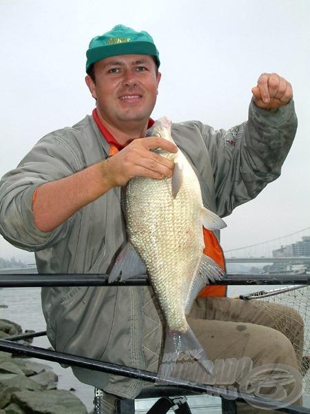 Az első hal egy 2 kg feletti dévérkeszeg volt. Ekkor még arra gondoltunk, hogy csupán egy magányos, véletlenül erre tévedt egyedről van szó
