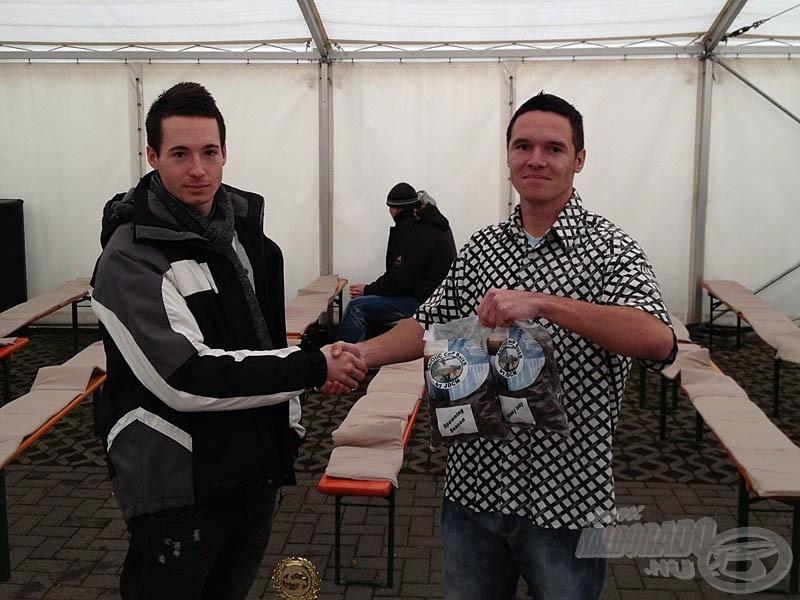 A díjátadással járó szép kupa és a Haldorádó termékek mellett, Dani barátom jóvoltából Abiotic Carp Baits termékekkel is tovább gazdagodhattam