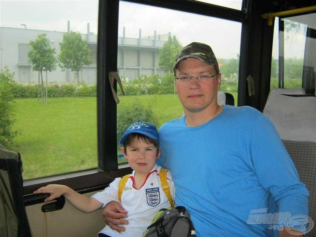 Ülünk a távolsági buszon, útban a halastó (víztározó) felé…