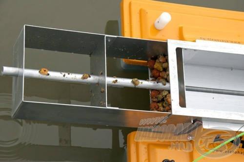 Az etetőkamrából a fokozatos kitolásnak köszönhetően az utolsó szemig el lehet távolítani az etetőanyagot