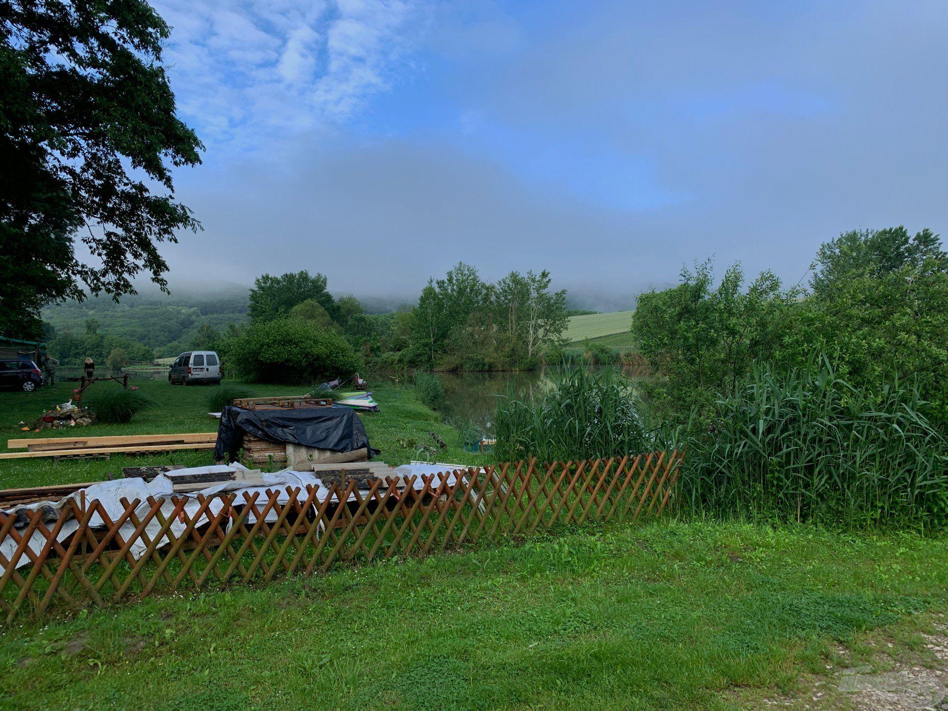Kora reggel a tó körül a dombokat még köd borította