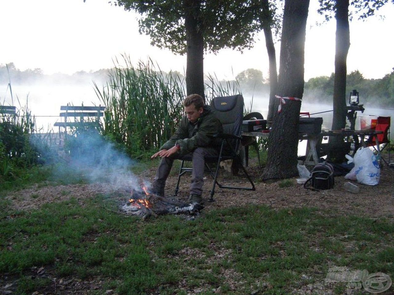 A hajnali csípős hideg miatt tűzet gyújtottunk, hogy valahol legyen lehetőség melegedni