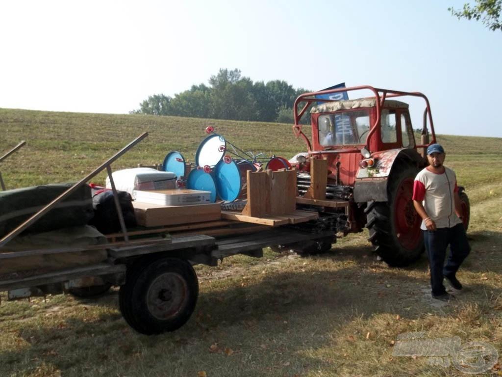 Megérkezett a Duna NHT-traktor, meghozta a felszereléseinket
