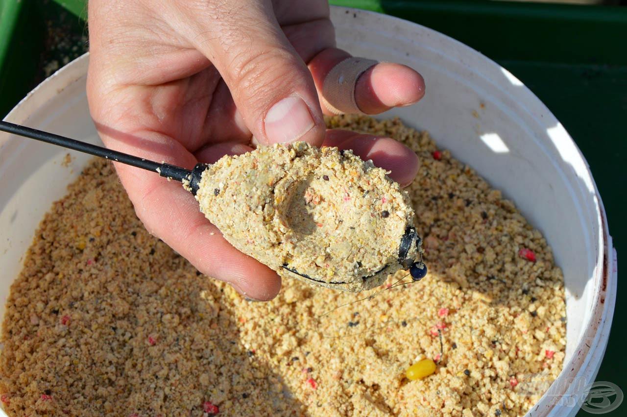 1. lépés: A Haldorádó Method Flat Feeder kosarat a bordákig tölteni, és az etetőanyagba egy kis mélyedést formázni