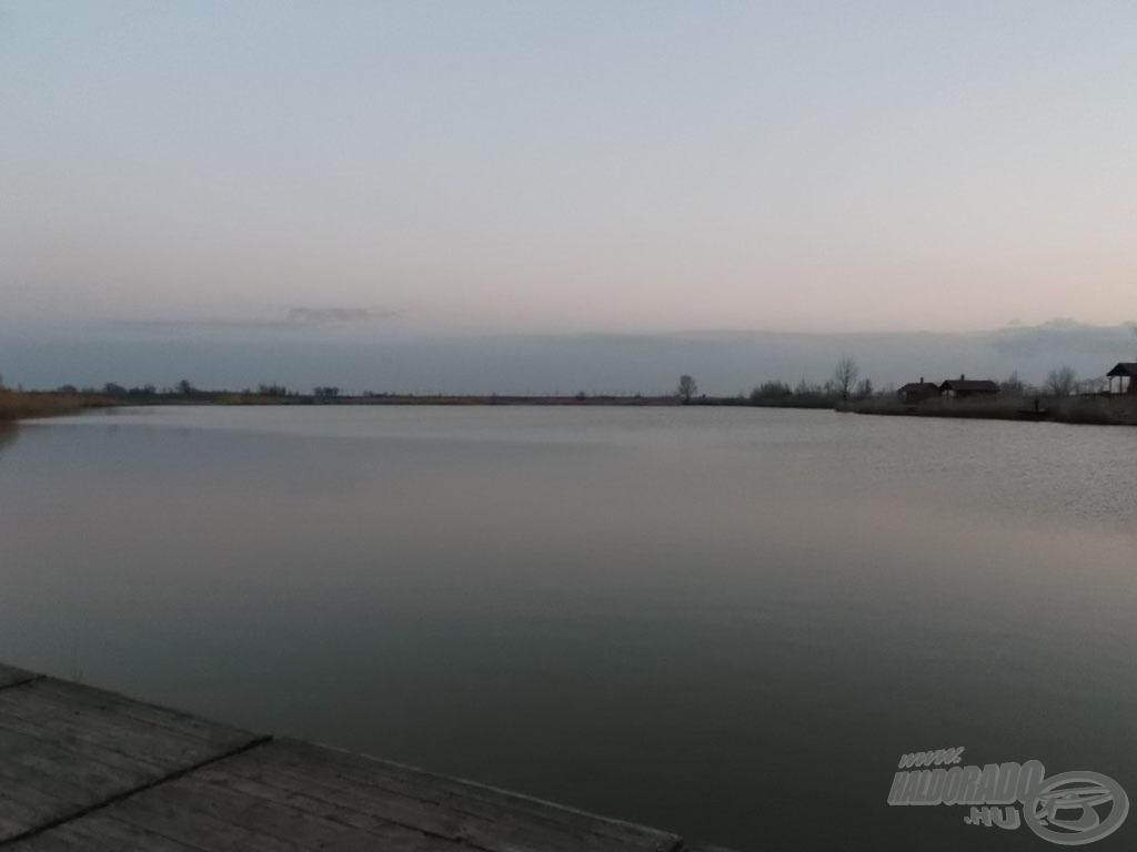 Ameddig a szem ellát, csak víz és víz - szép nagy tóról van szó