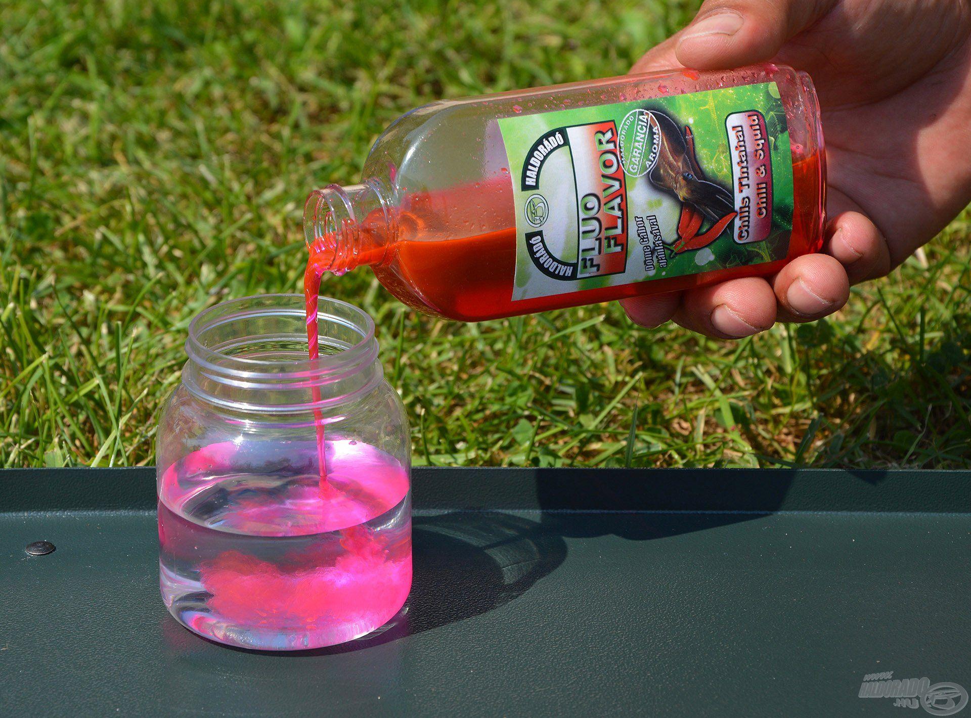 A pelletek nedvesítéséhez elsőként kb. 1 dl vizet kell egy kis tégelybe önteni, majd ehhez ugyanennyi Chilis Tintahal Fluo Flavor aromát adagolni