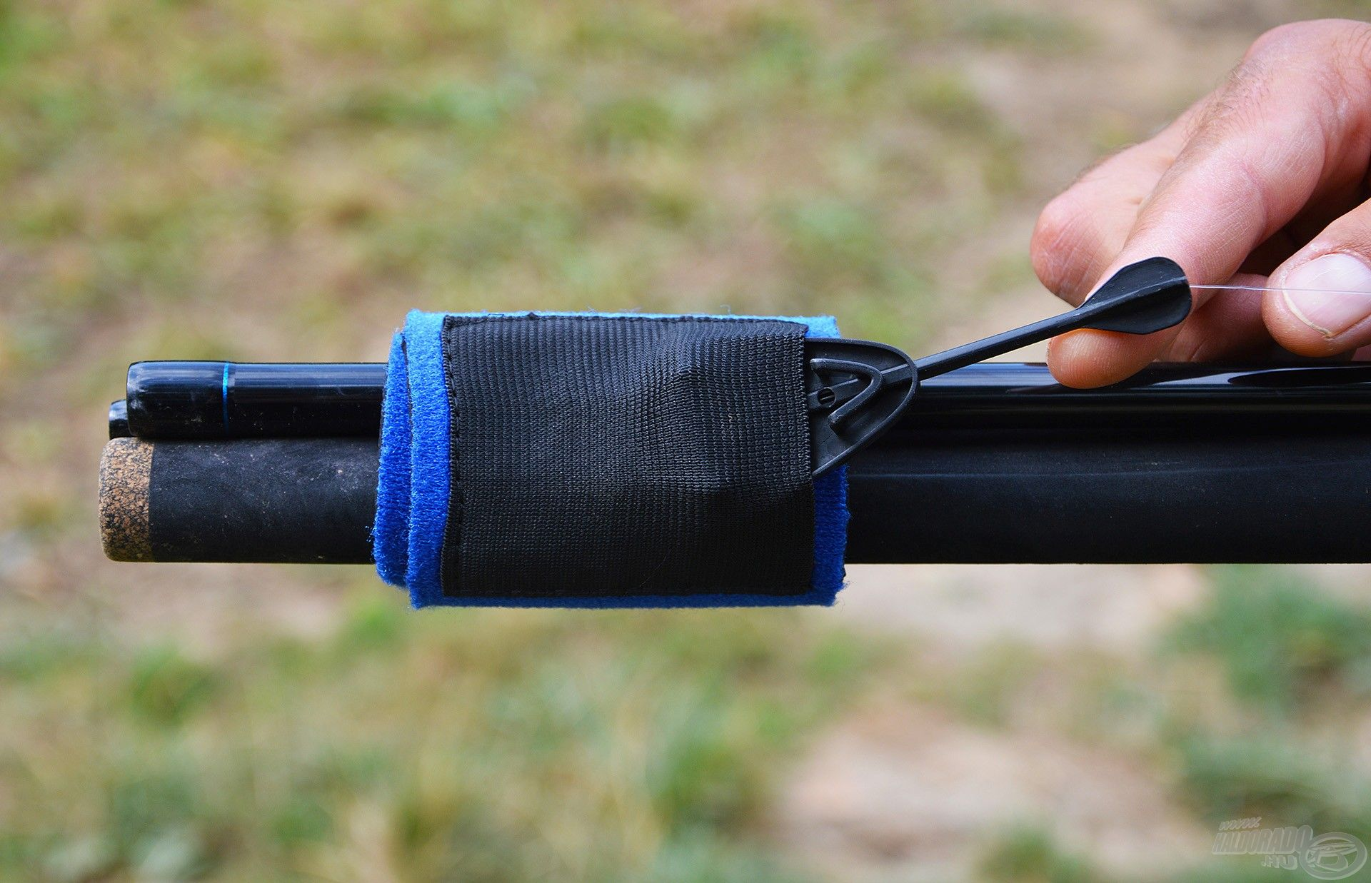 A zseb gumis, így stabilan megtartja az etetőkosarat