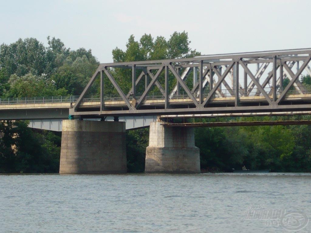 Mellettem a Tisza-híd található