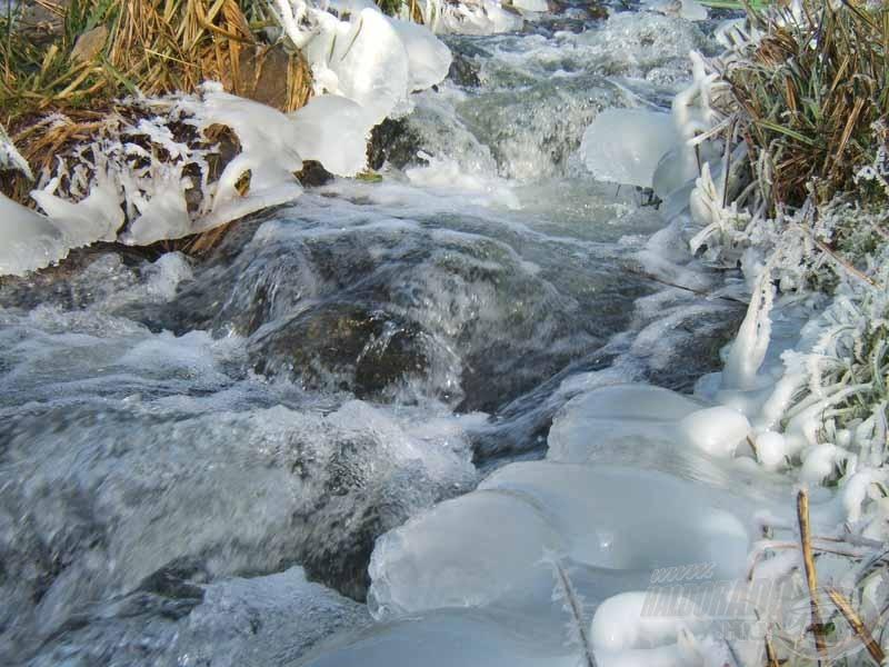 A patak széle azért elárulja, hogy kemény a tél