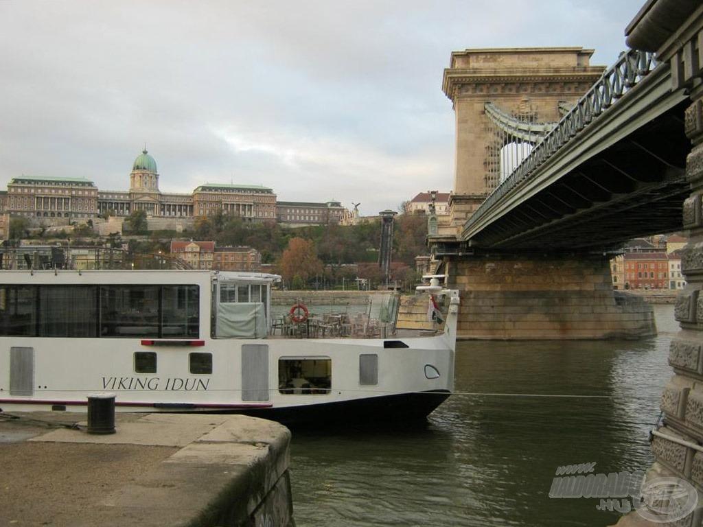 A Lánchíd pesti hídfőjének a déli oldalán mindig valamilyen ott parkoló hajóval találtam magam szemben. A hajó és a drótkötelek miatt nem tudtam bevetni a végszerelékem. Nem csüggedtem, gondoltam, ott a híd északi oldala…