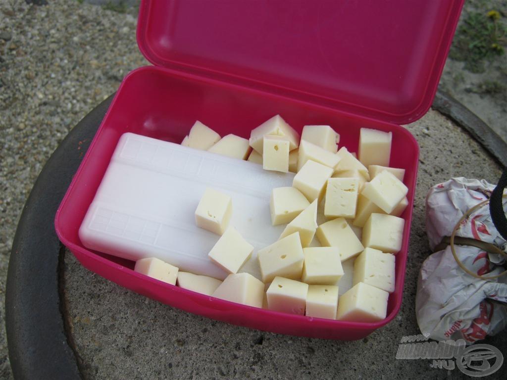 A gyerektől lenyúltam az uzsis dobozt is, hogy sajtokat kisebb helyen tudjam tárolni és szállítani