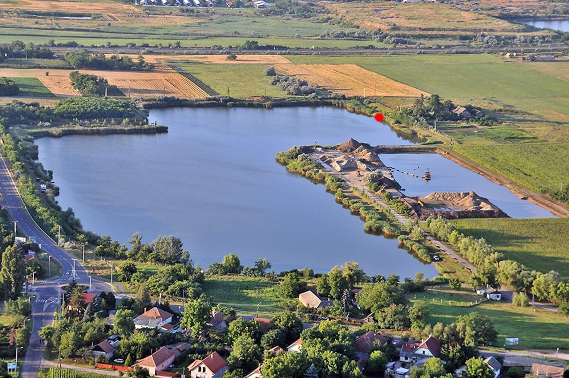 A tó látképe madártávlatból. A piros ponttal jelölt horgászállásra esett a választásom, a továbbiakban kifejtem, hogy milyen tényezők segítettek döntésemben