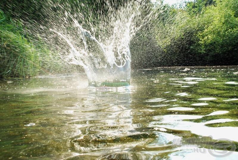 A szintén mágneses záródású Crash Ball is a vízbe ütközve nyílik…