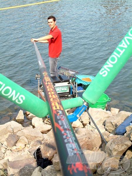 Az öböl nehéz terep, a botot a meredek parton magasra kell tolni, amelyhez egy háromlábú bottartó alkalmasabb, mint egy hagyományos alacsony négylábú