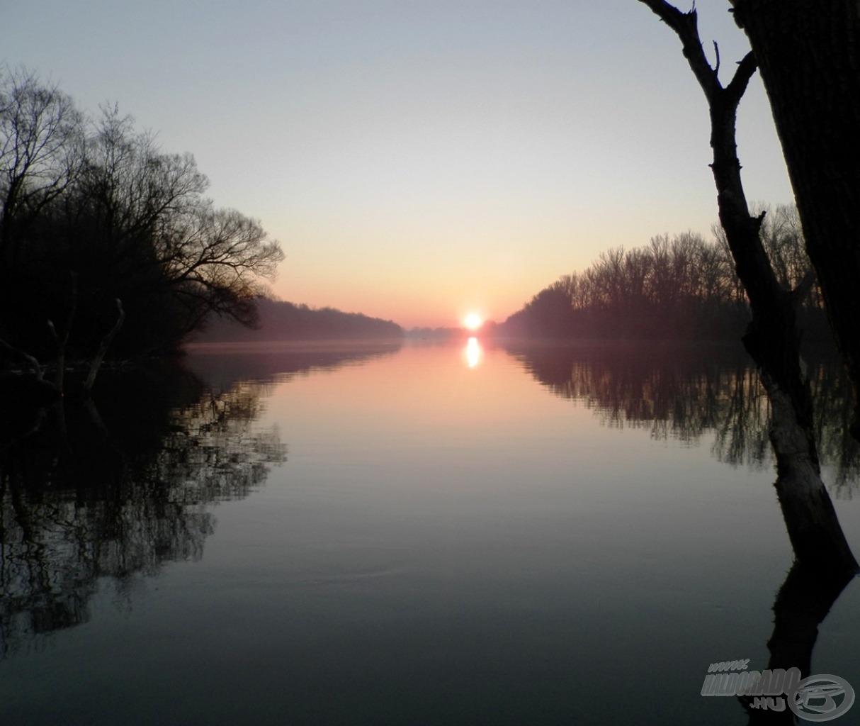 Ilyen gyönyörű napfelkeltéket láttunk február végén a Tiszán