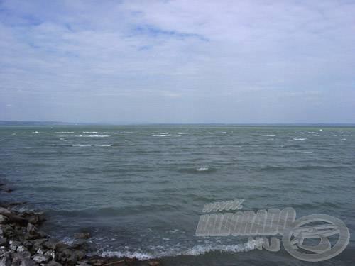 A tartós, erős szél által gerjesztett hullámok főleg a déli partot ostromolják