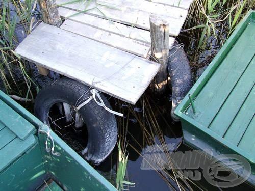 """A vaslemez csónakokat többen autógumikkal """"tompítva"""" és szorosan a stéghez láncolva tárolják. Nem a legjobb megoldás, a stégnek nagyon nem tesz jót!"""