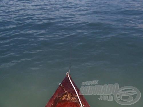 … hogy a csónak orra pontosan a szél (vagy az áramlás…) irányába forduljon! A hátsó súlyt csak ezután tegyük le!