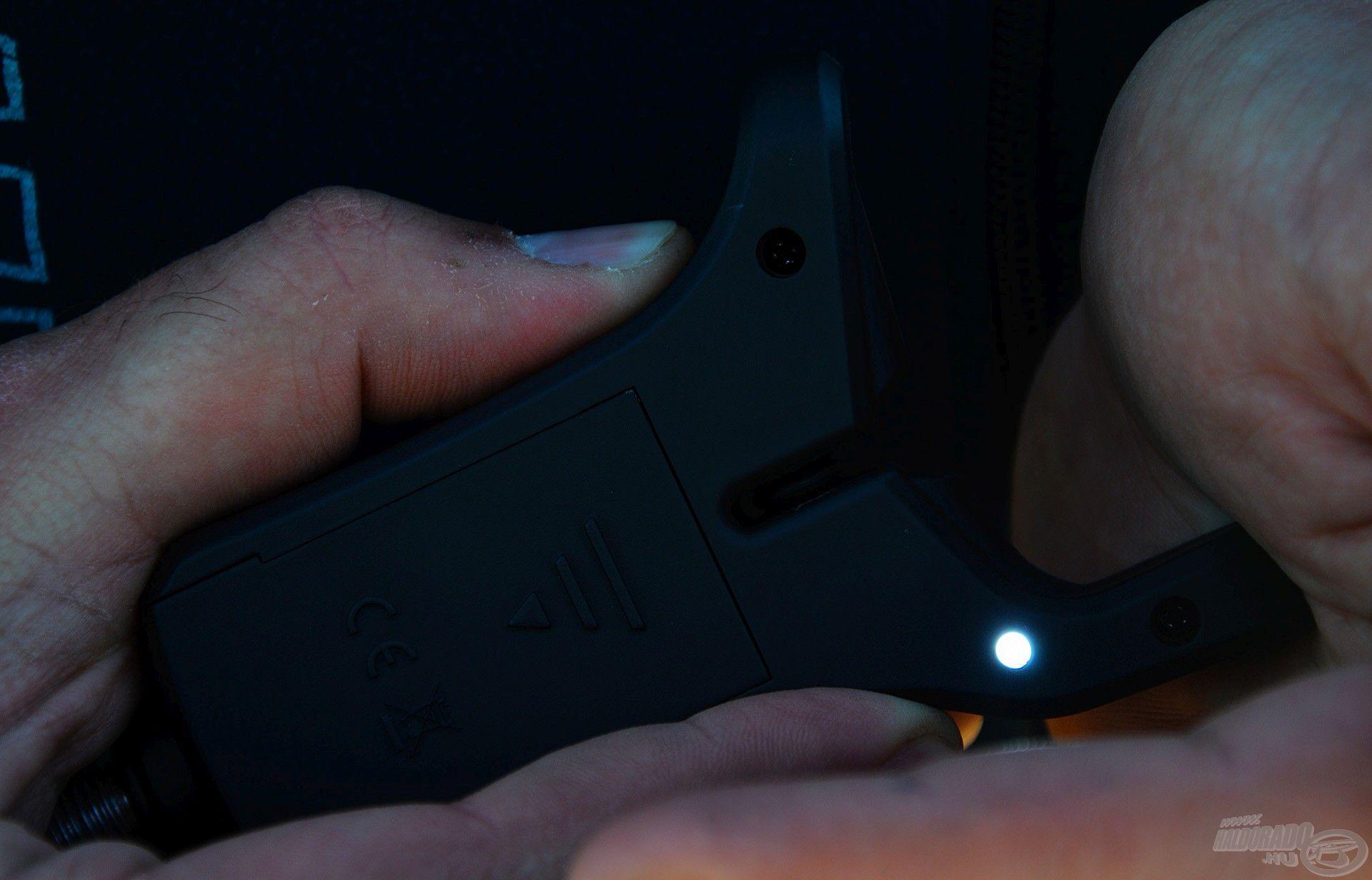 """A """"T"""", azaz Tónus gombot kell hosszan nyomva tartani, ezzel aktiválhatjuk a fehér LED fényt"""