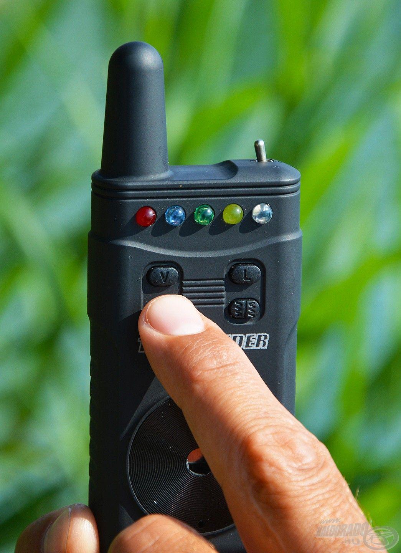 Hasonló gombok találhatók rajta, mint az elektromos jelzőkön, ezeknél állíthatjuk be a hangerőt…