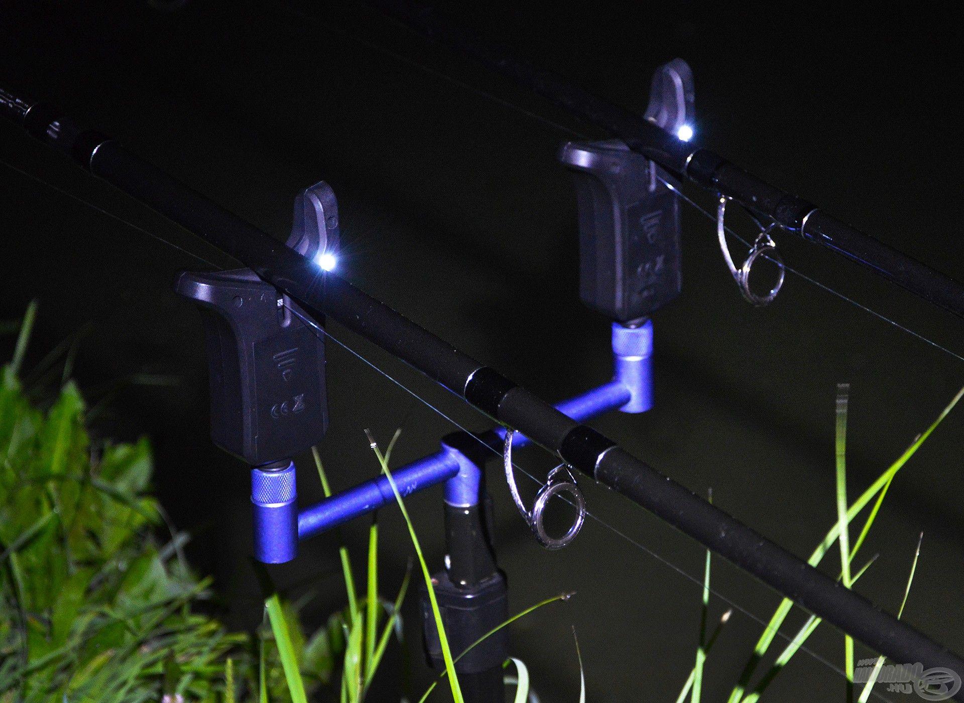 """A jelző hátoldalán, a szárán lévő kis fehér színű LED-et szintén a """"T"""" gombbal lehet aktiválni, ezt 5 másodpercig kell nyomva tartani"""