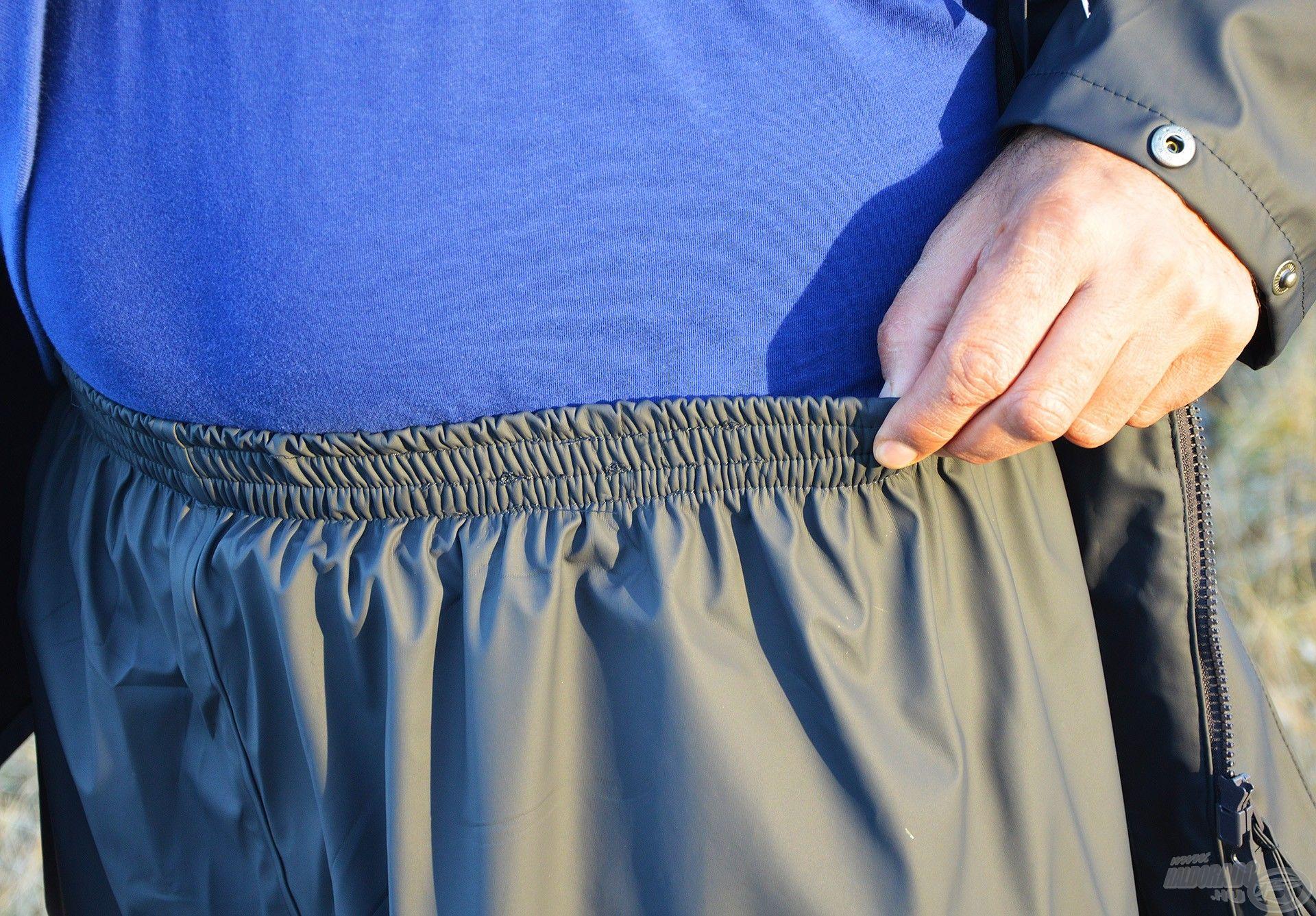 Az esőnadrág gumírozott derékrésze biztosítja a ruhadarab stabilitását