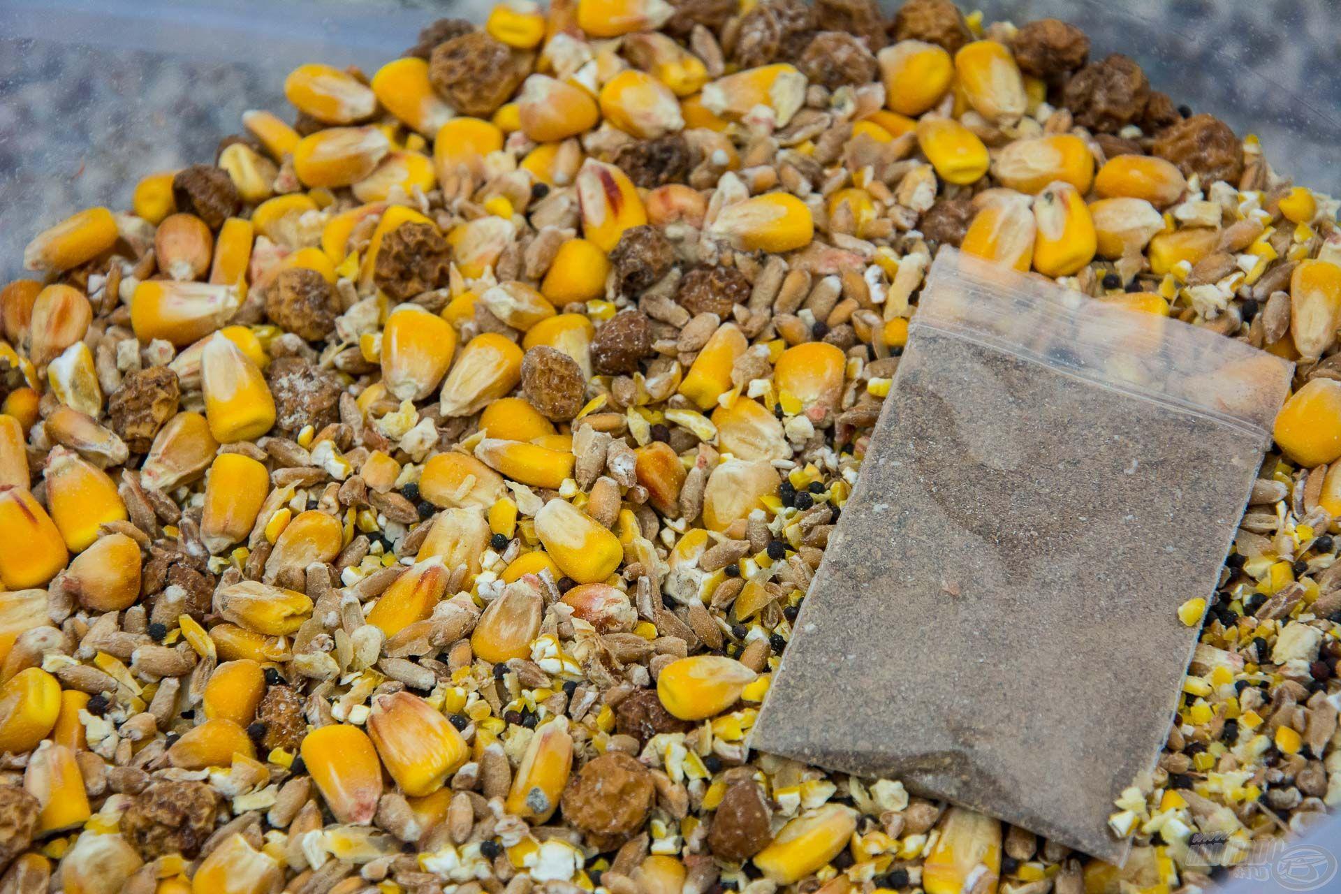 A vödörben lévő 2 kg száraz anyag bőségesen tartalmaz egész és tört szemű búzát, kukoricát, illetve tigrismogyorót és repcét, valamint az optimális mennyiségű erjesztő por is megtalálható benne!