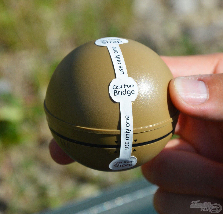 A készüléken található egy matrica, amely azt mutatja, hogy a három csavaros aljzat közül mikor melyikbe kell a rögzítőt tekerni. Ennek értelmében a legfelső a csónakos radarozáshoz való, a középső emelt szögből, pl. hídról történő alkalmazáshoz…