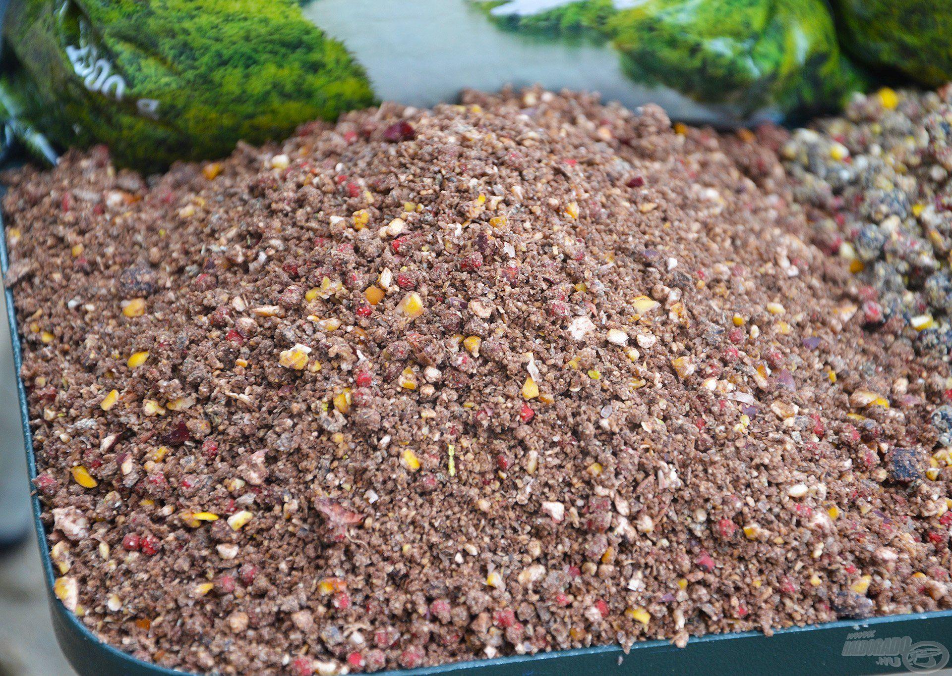 A Mohos Dévérben gondosan válogatott, különböző ízű és színű pelletek mellett roppantott olajos magvak is fellelhetők