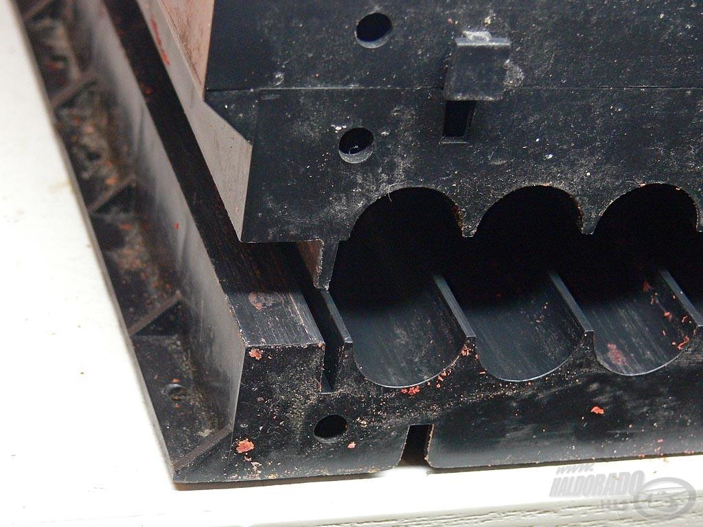 A roller fedőlapját a sínbe helyezve oda-vissza húzó mozdulatokkal görgessetek golyót a tésztából