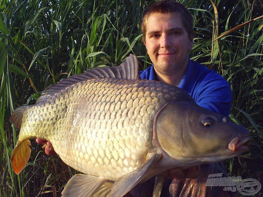 Ez egy szépen fotózott hal: itt az uszonyait meresztő ponty is partner volt