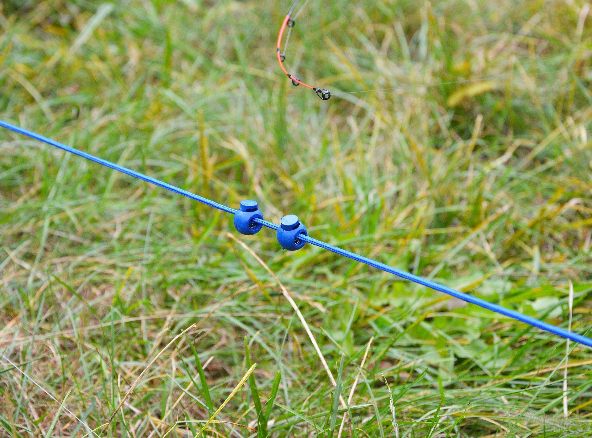 A zsinóron található két kis műanyag elem, amiknek tetszőlegesen lehet állítani a helyzetét. Ez remek segítség ahhoz, hogy a mérés végén megjelölhessük a spicc helyzetét, vagyis mindig pontosan tudni foguk, hogy a két rúd között hol állítottuk meg a kimért távolságot