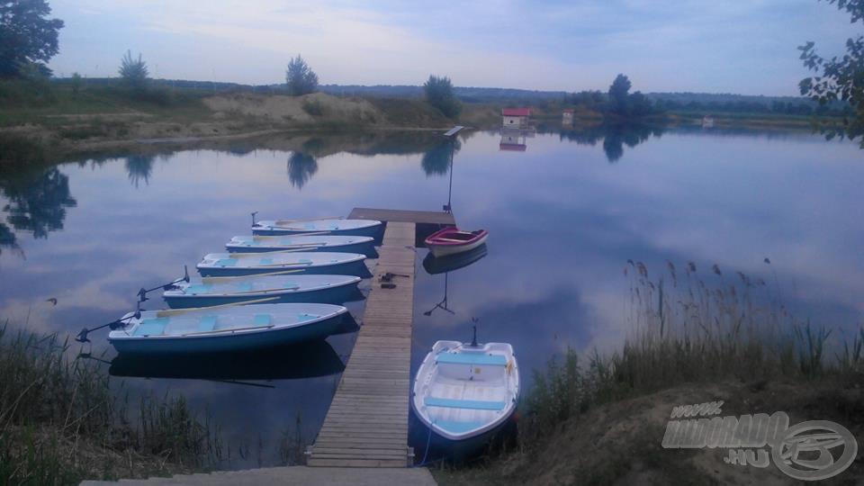 A kikötőben indulásra készen várják a horgászokat a villanymotorokkal ellátott szép csónakok