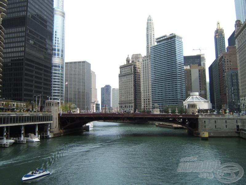 A város a Chicago River egyik hídjáról