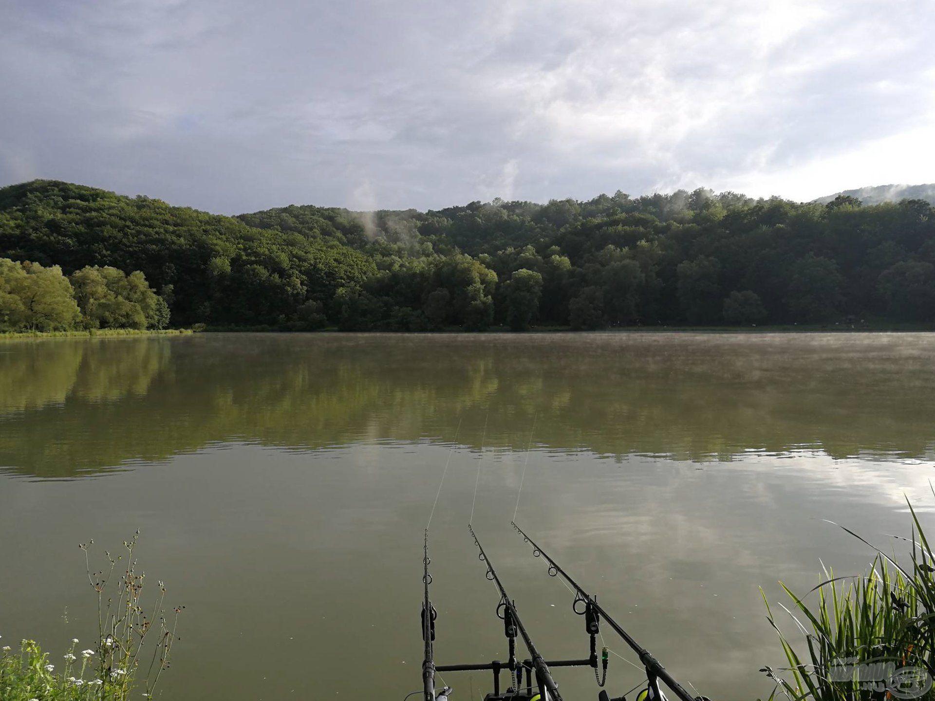 A tó szép környezetben helyezkedik el, dombok és erdők között