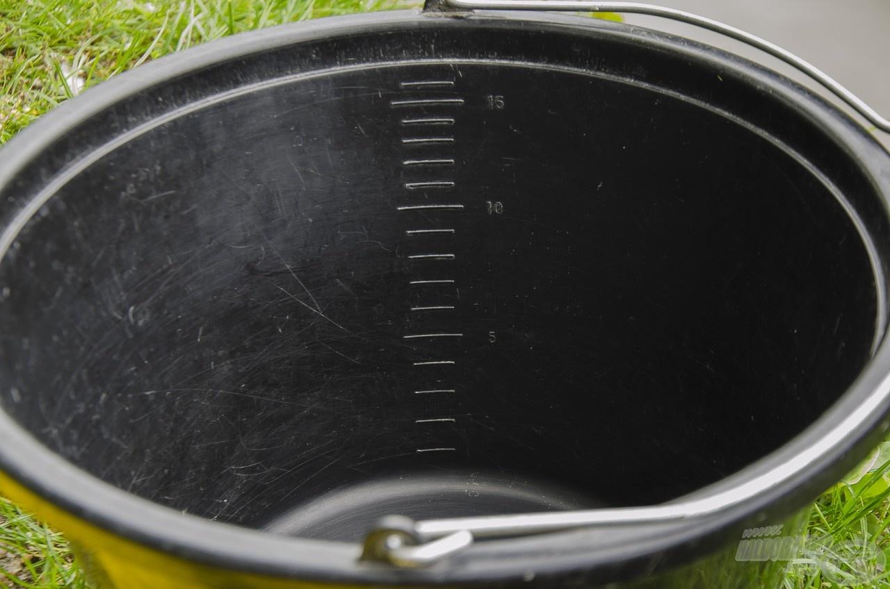 Az etetőanyagot beosztásos – gyártótól függően 16-20 literes – horgászvödörben kell bemutatni