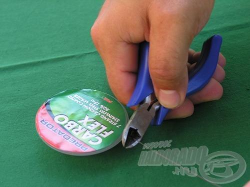 Vágjuk le az előke kívánt hosszának megfelelő darabot a drótból. A kötések, krimpelések kb. 3-4 centivel rövidítik majd meg a levágott madzag hosszát