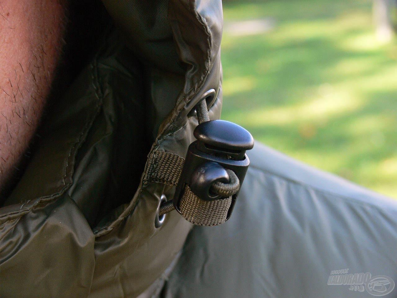 A kapucni feszessége mindkét oldalon állítható