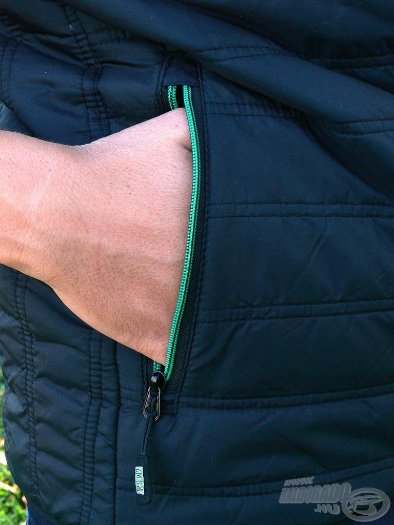 Tágas zsebek találhatók a mellény mindkét oldalán, melyek cipzárral zárhatók