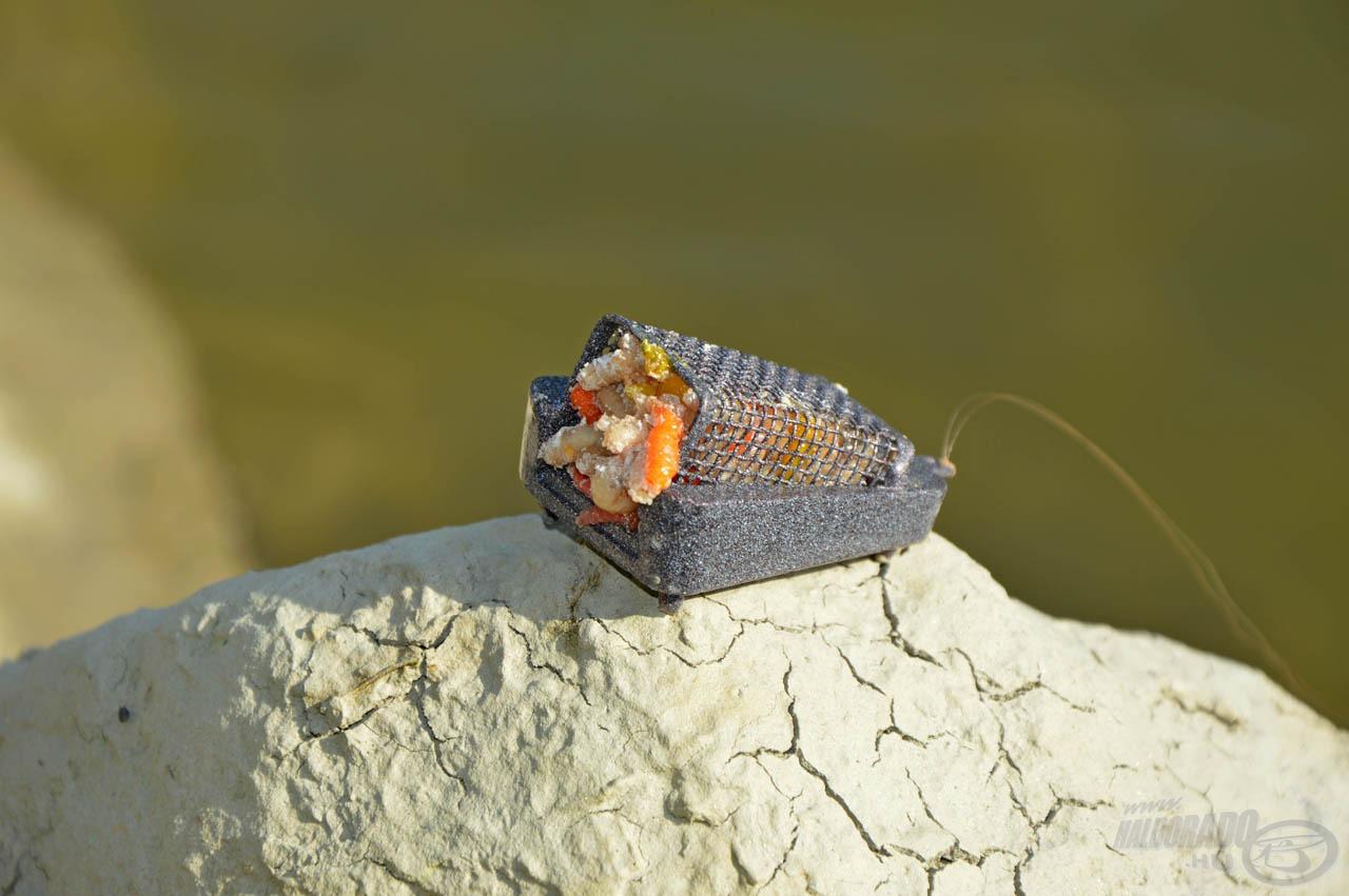 Az etetőanyag odacsalja a halakat a közelbe, ám közvetlenül a csali megtalálásában ez a kosár játssza a főszerepet