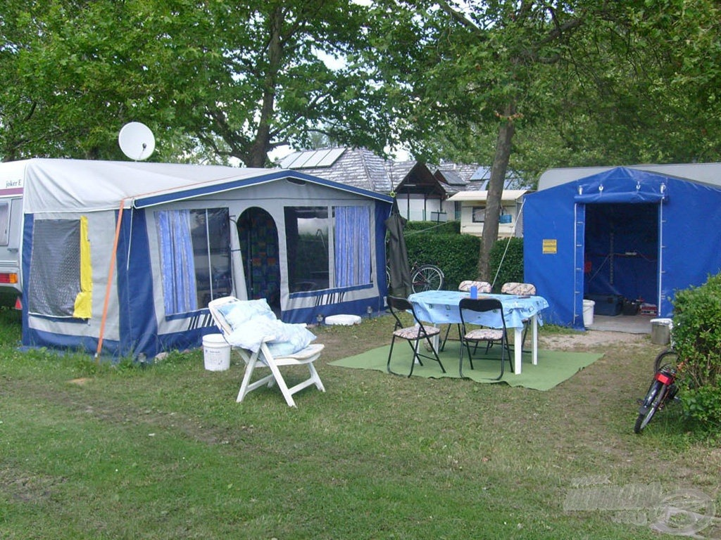 Szezonális táborhelyünk 20 méterre a parttól