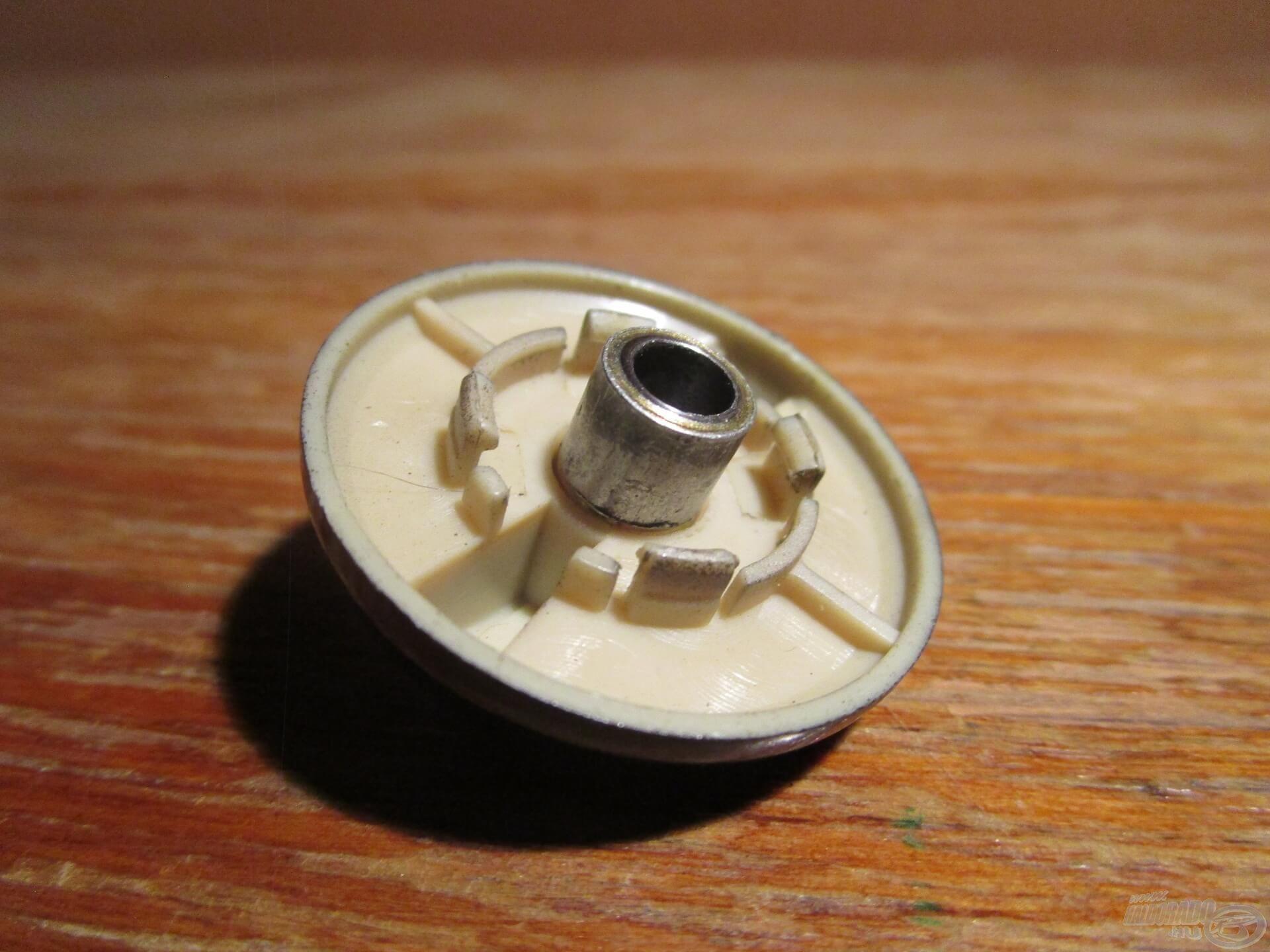 A megfelelő méretű persely tökéletesen illeszkedik a rugó helyére. Az ilyen alkatrészt csak fémből szabad elkészíteni, hiszen fontos, hogy igazán tartós legyen!