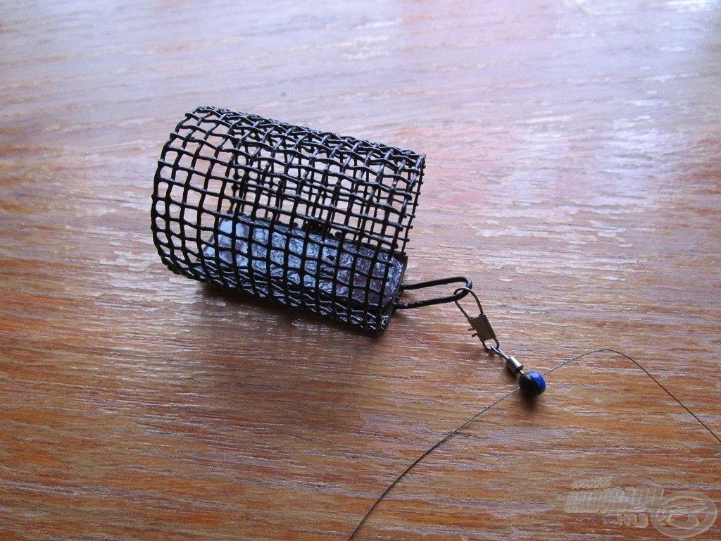 Egyszerűen csak a kapocsba kell akasztani a kosarat, amit egy forgóval láttak el
