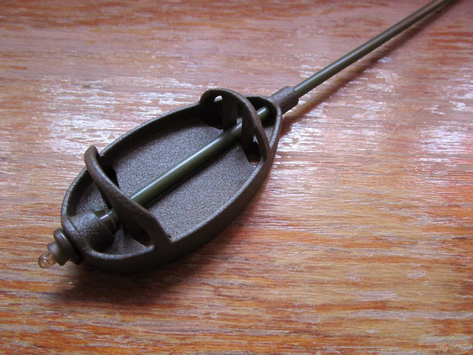 A gyári gyorskapocs egy picit kilóg az új cső miatt, de ez a használhatóságot nem befolyásolja