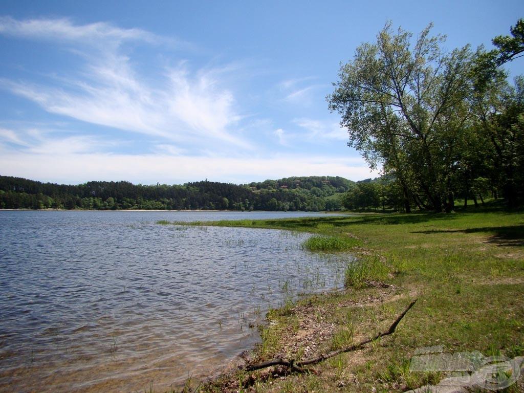 A tó festői környezete magáért beszél