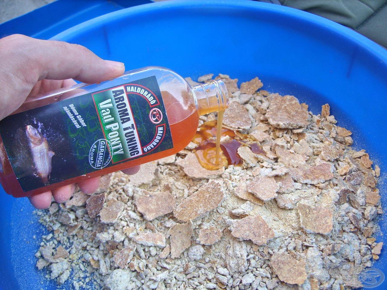 Első lépésként egy teljes flakon, azaz 250 ml Vad Ponty ízesítésű Haldorádó Aroma Tuningot öntöttem a TTX törmelékre…