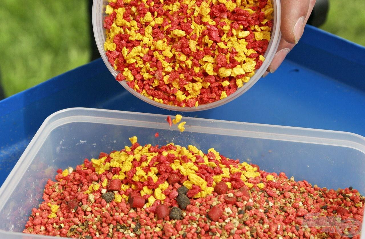 Az etetőanyagokból kinyert pelletekhez és morzsákhoz plusz adalékként sárga és piros angolmorzsát kevertem…