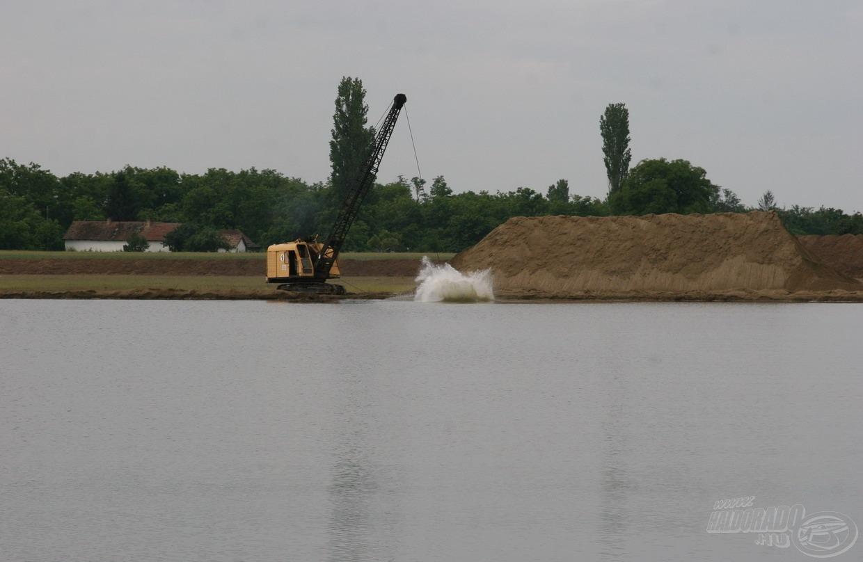 A tó hátsó részében manapság is bányászati tevékenység folyik