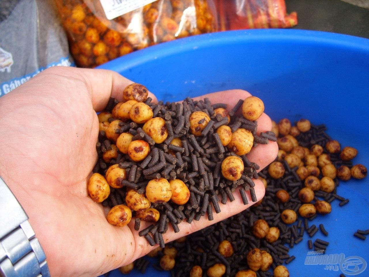 Gondoskodtam arról is, hogy a termetes pontyok mindig találjanak nagyobb méretű, számukra kedves összetevőket. Ehhez most Haldorádó tigrismogyoróval, illetve halibut pellettel dúsítottam az etetőanyagot
