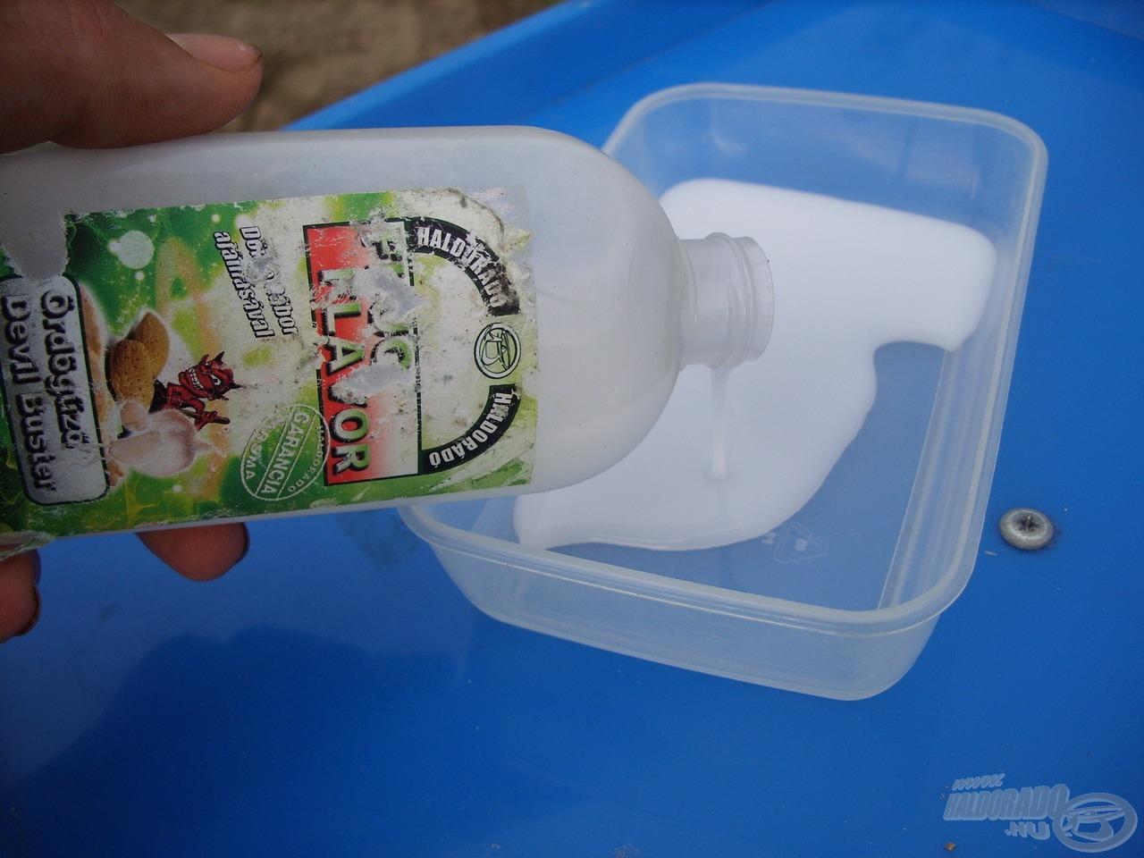 Elsőként egy kis műanyag edénybe öntöttem a flakonban lévő sűrű folyadékot…